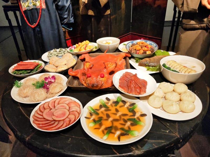 Eine Tabelle voll köstlicher Sichuan-Küche stockfotografie