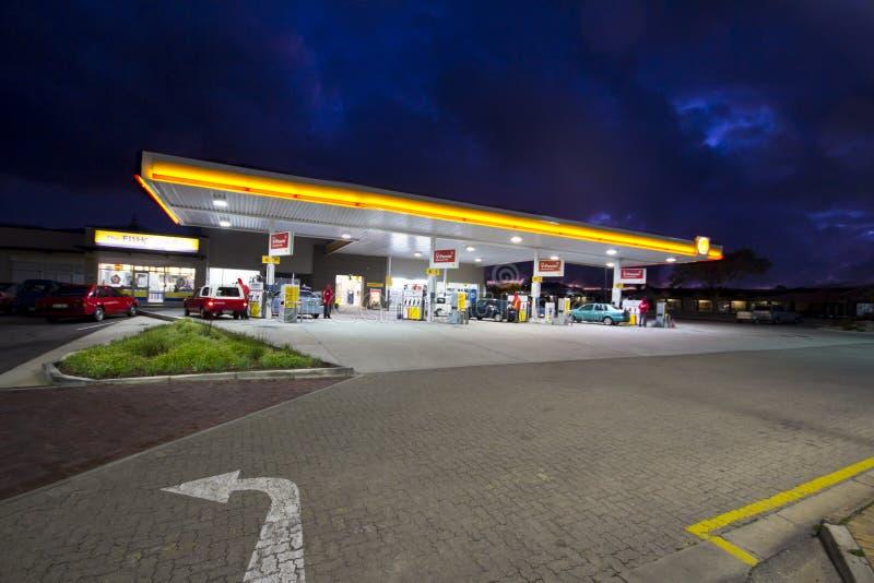 Tankstelle nachts stockfoto