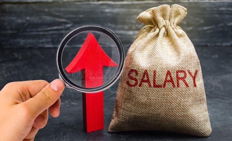 Eine Tasche mit Geld und das Aufschriftgehalt und oben -pfeil Zunahme des Gehalts, Lohns?tze F?rderung, Karrierewachstum Anheben lizenzfreie stockbilder