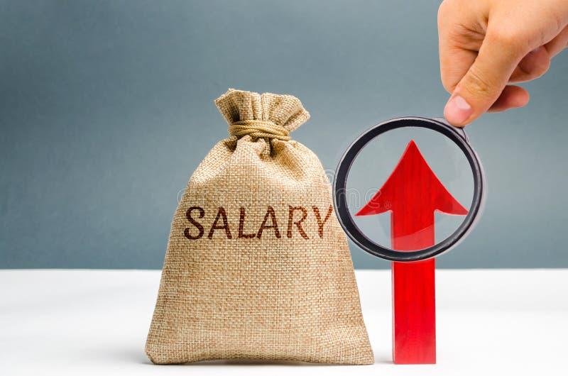 Eine Tasche mit Geld und das Aufschriftgehalt und oben -pfeil Zunahme des Gehalts, Lohns?tze F?rderung, Karrierewachstum Anheben lizenzfreie stockfotografie