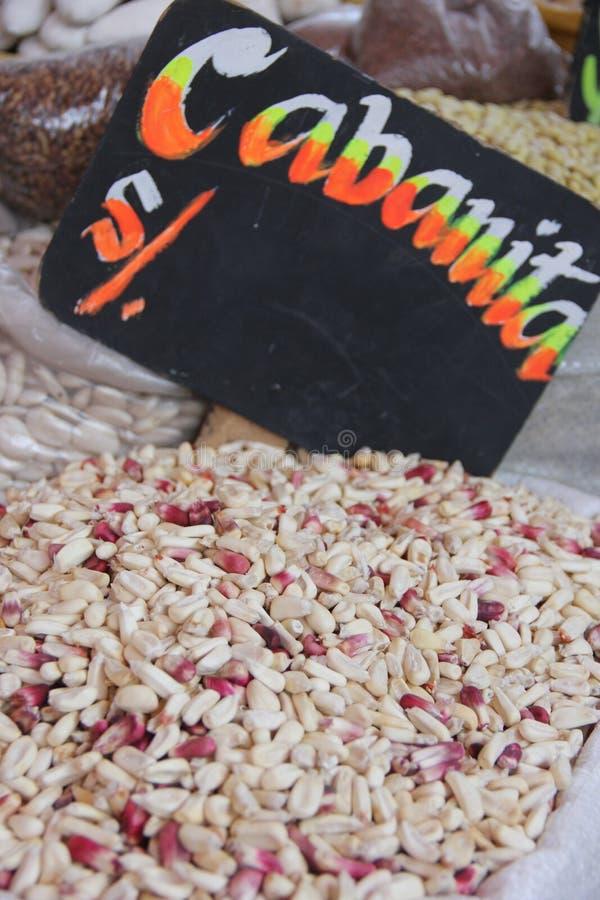 Eine Tasche von getrockneten Maiskernen stockbild