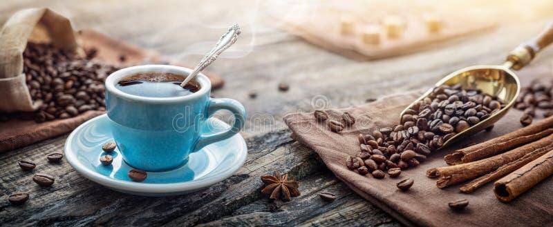 Eine Tasse aromatischen schwarzen Kaffee und Kaffeebohnen auf dem Tisch Morgens Kaffee Espresso zum Frühstück in einer schönen bl lizenzfreie stockbilder