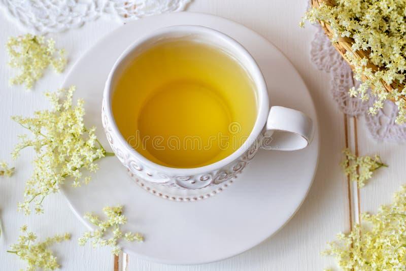 Eine Tasse Tee mit frischem Ältestem blüht stockfotos