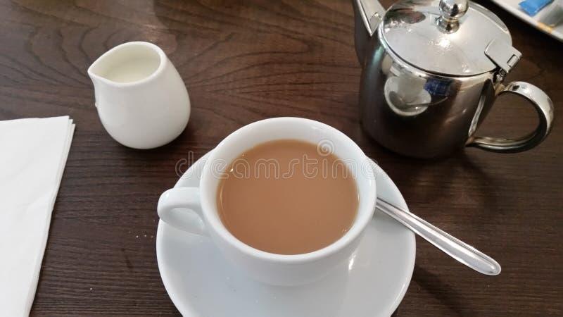 Eine Tasse Tee mit Milch lizenzfreies stockfoto