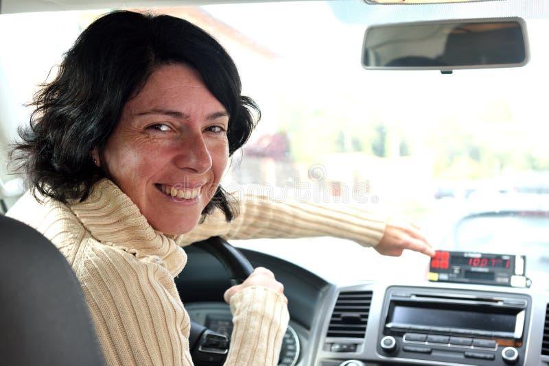 Eine Taxifahrerfrau stockfotos
