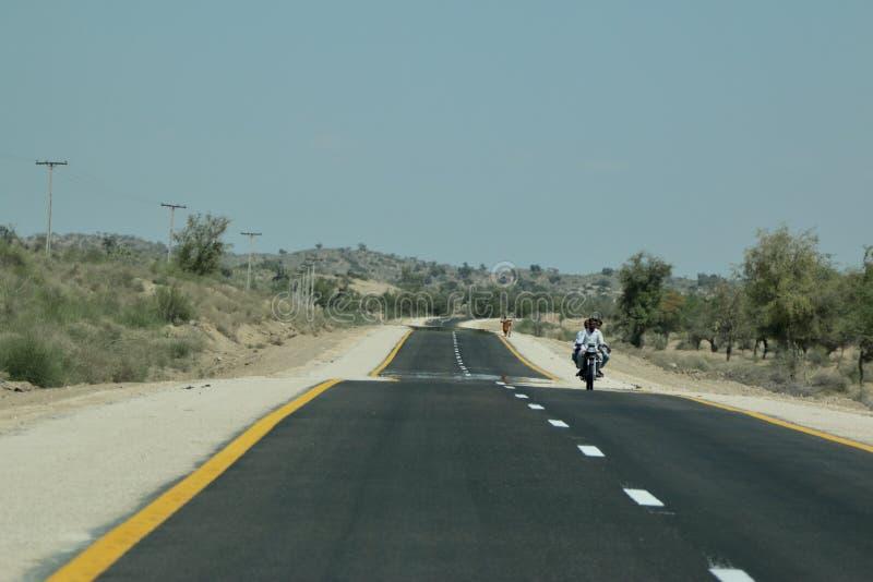 Eine Teppich Straße in Tharparkar Sindh lizenzfreies stockbild
