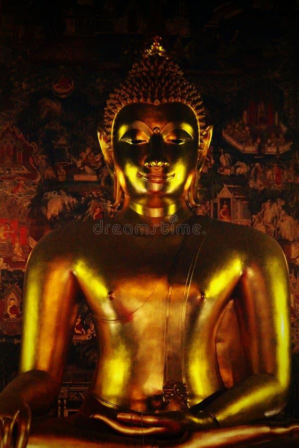 Eine thailändische goldene glänzende Buddha-Statue stockfoto