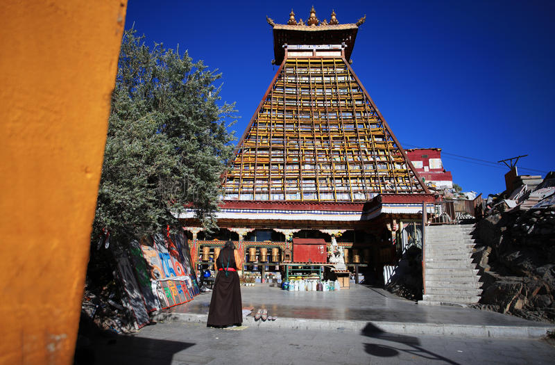 Eine tibetanische Frau betete unter der Pagode von Zehntausend Buddha stockfoto