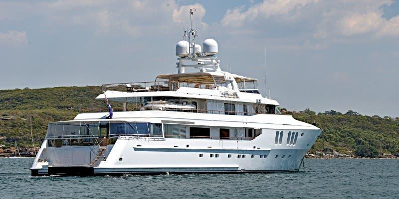 Eine 90 Tonne plus, kreuzender Luxusmotor Superyacht am Anker in Sydney-` s Nordhafen lizenzfreie stockbilder