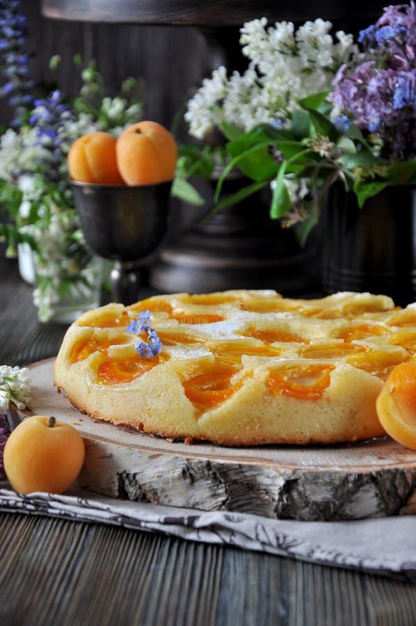 Eine Torte mit frischen Aprikosen stockbild