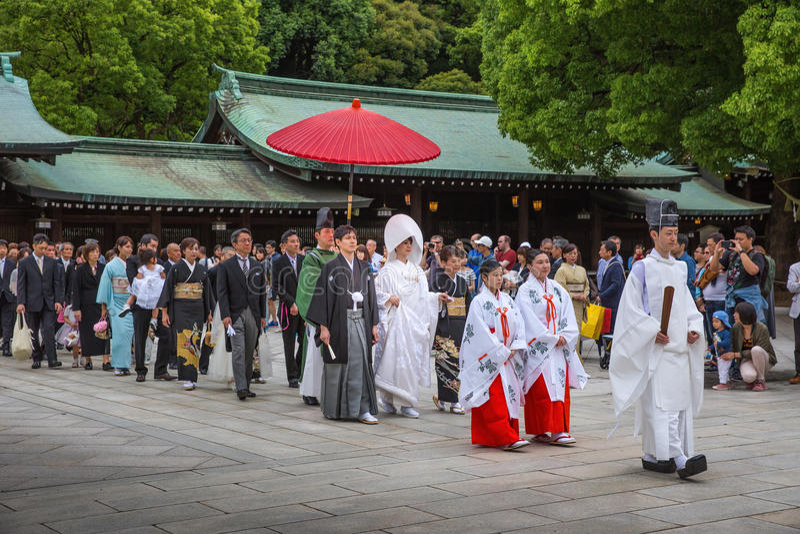 Eine traditionelle japanische Hochzeitszeremonie bei Meiji Jingu Shrine lizenzfreie stockfotos