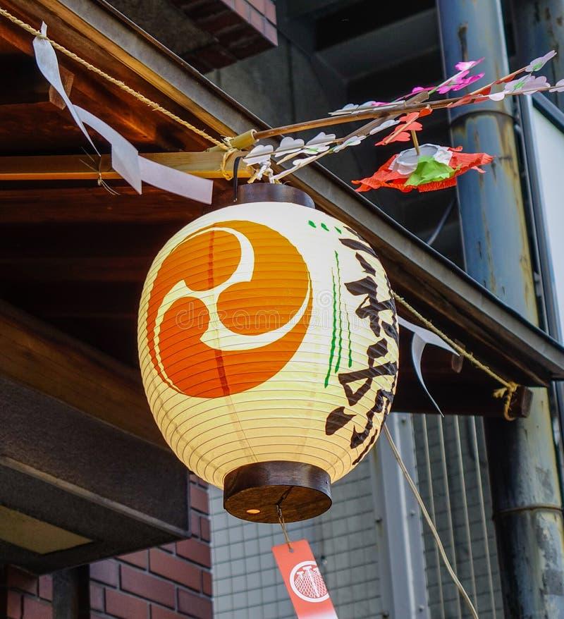 Eine traditionelle Laterne, die an der Straße hängt lizenzfreie stockfotos