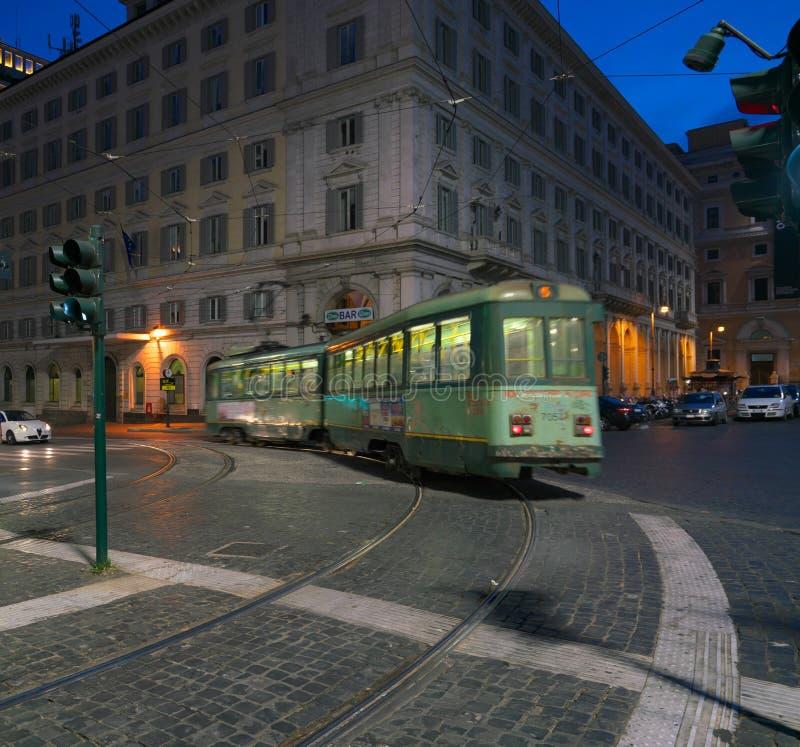 Eine Tram läuft nahe Endstations-Station, Rom stockfotos
