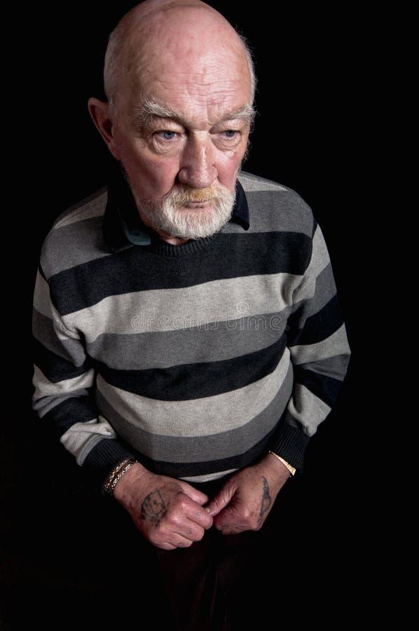 Eine traurige ältere Person alleine lizenzfreies stockfoto