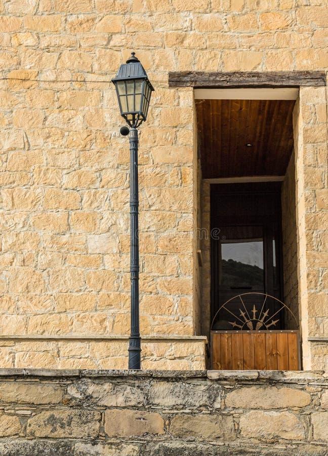 Eine typische Ansicht in das traditionelle Dorf Omodos in Zypern lizenzfreie stockfotos