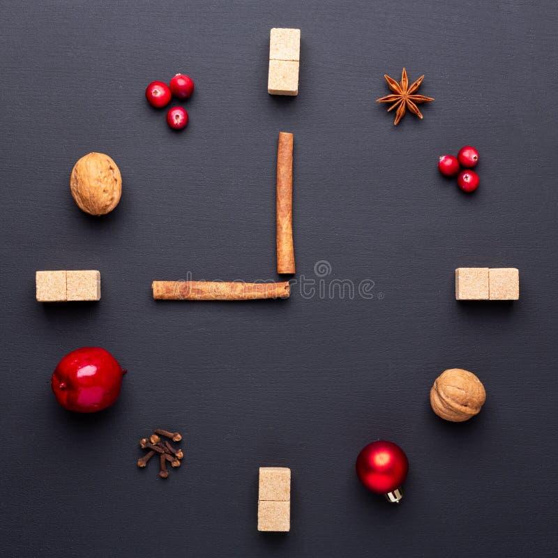 Eine Uhr in Form von Gewürz für Glühwein Zimt, Anis spielt, Moosbeeren, brauner Zucker die Hauptrolle Konzept, kreative Arbeit Ze lizenzfreie stockbilder