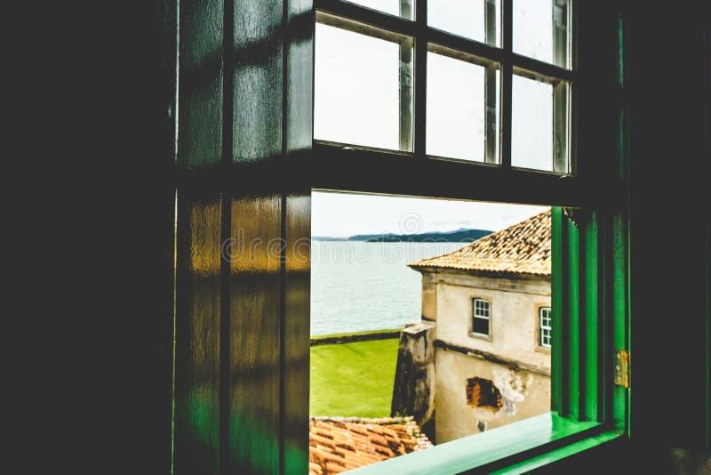 Eine unglaubliche Ansicht durch das Fenster einer alten Struktur lizenzfreies stockfoto