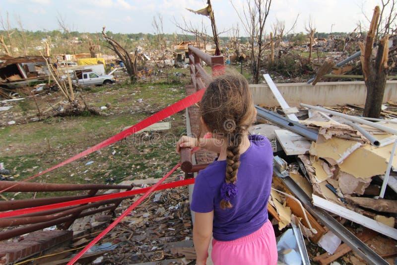 Eine unsichere Zukunft in Tornado schädigendem Joplin, MO lizenzfreie stockbilder