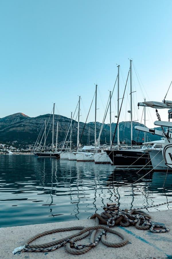Eine verankerte Yacht stockbild