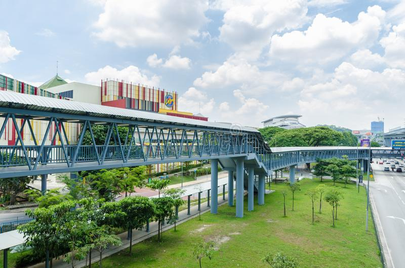 Eine Verbindungsbrücke schließt das Cheras-Freizeitmall direkt an die Station Taman Mutiara an stockbild