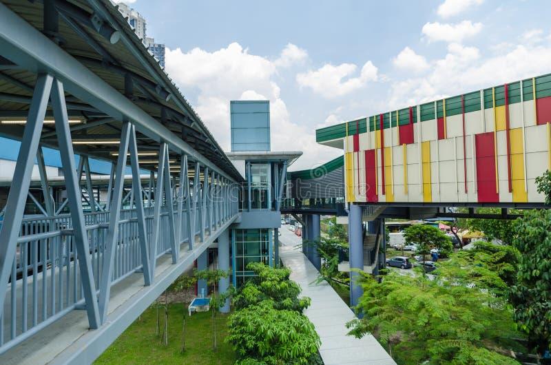 Eine Verbindungsbrücke schließt das Cheras-Freizeitmall direkt an die Station Taman Mutiara an Leute können gesehenes Gehen du lizenzfreies stockbild