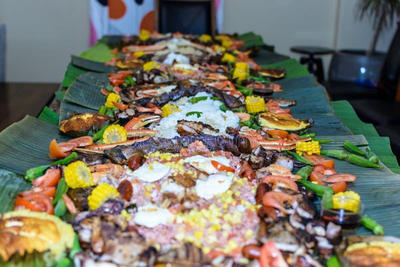 Eine Verbreitung des Lebensmittels eine traditionelle Filipinoessenart zeigend stockfoto