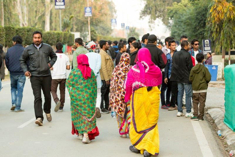 Eine verkehrsreiche Straße in Amritsar, Indien stockfotos