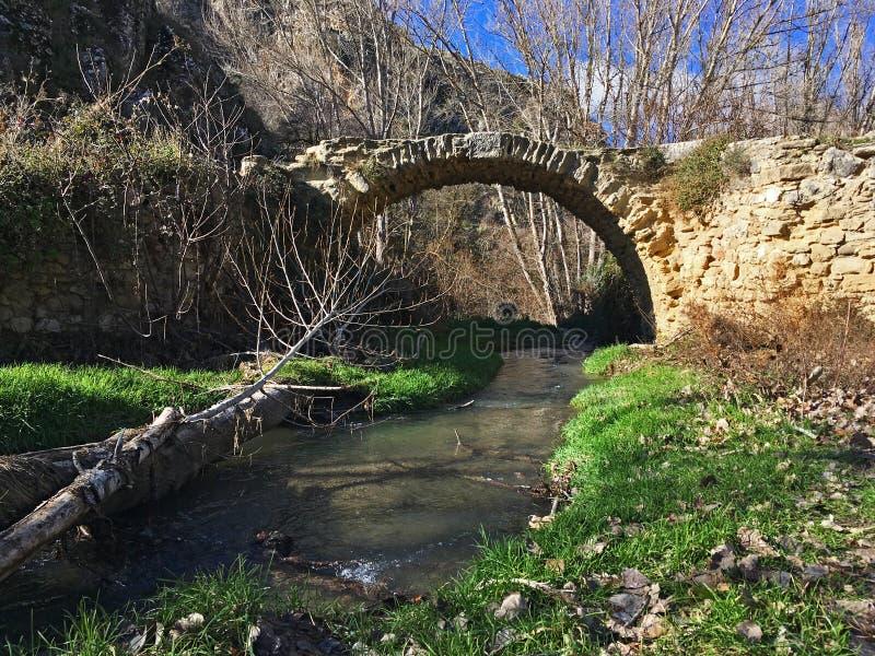 Eine verlorene Brücke versteckt in den Bergen stockbild