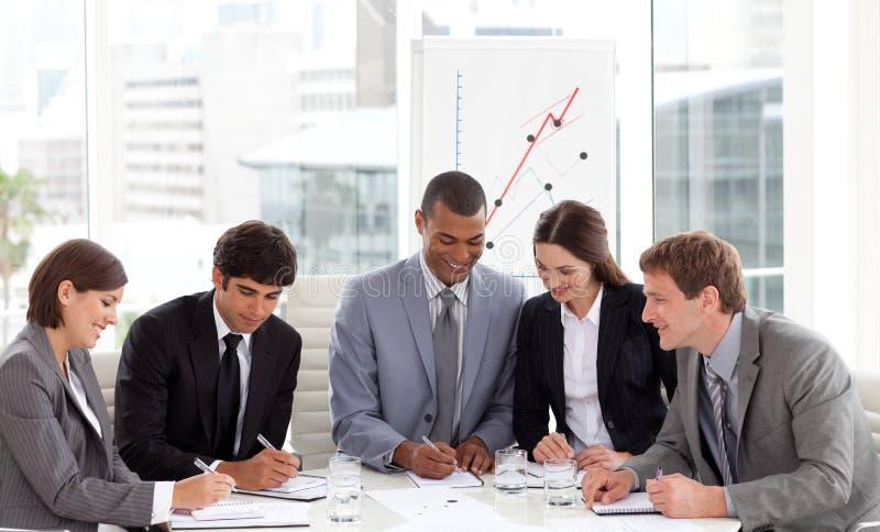 Eine verschiedene Geschäftsgruppe an einer Versammlung stockfoto