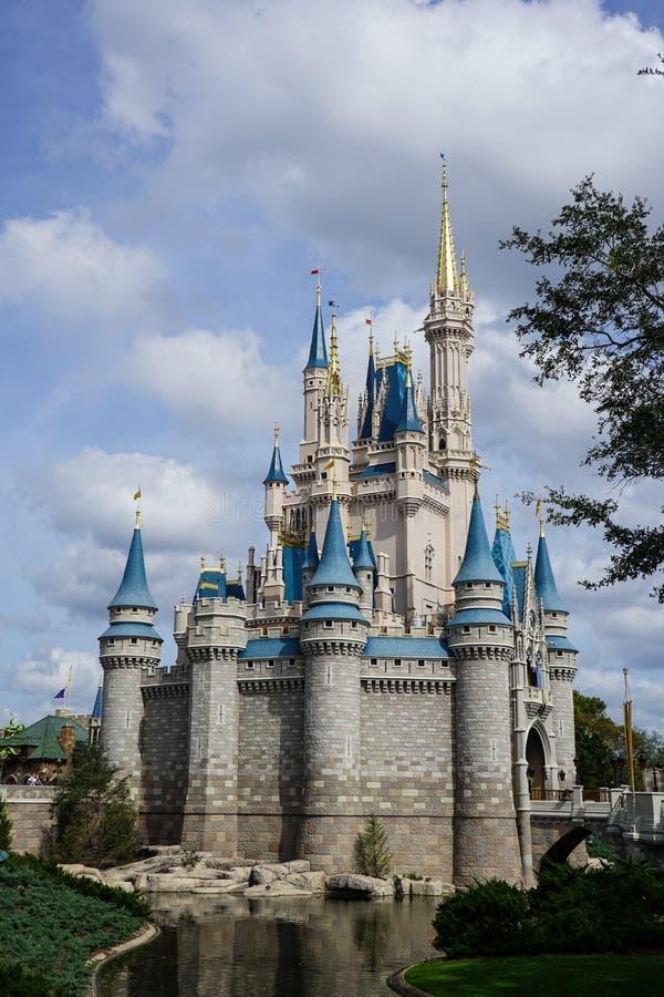 Eine vertikale Seitenansicht von Cinderellas-Schloss bei Disney World in Orlando, Florida an einem schönen sonnigen Tag lizenzfreie stockfotos