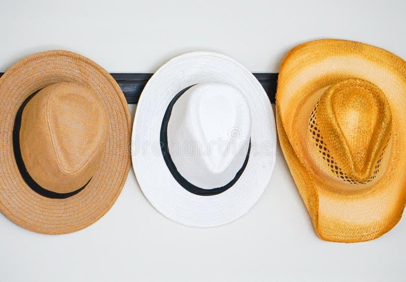 Eine Vielzahl von Hüten hing an einem Haken lizenzfreies stockfoto