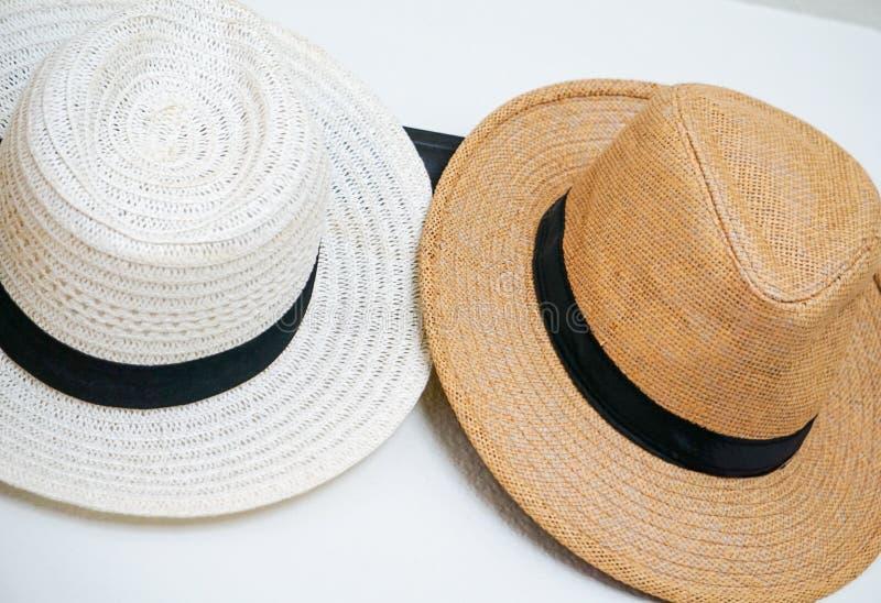Eine Vielzahl von Hüten hing an einem Haken lizenzfreies stockbild