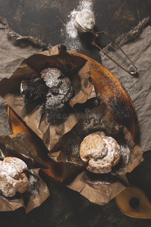 Eine Vielzahl von Muffins auf einem Schneidebrett Draufsicht, flache Lage Weiß lokalisierte Atelieraufnahme lizenzfreie stockbilder