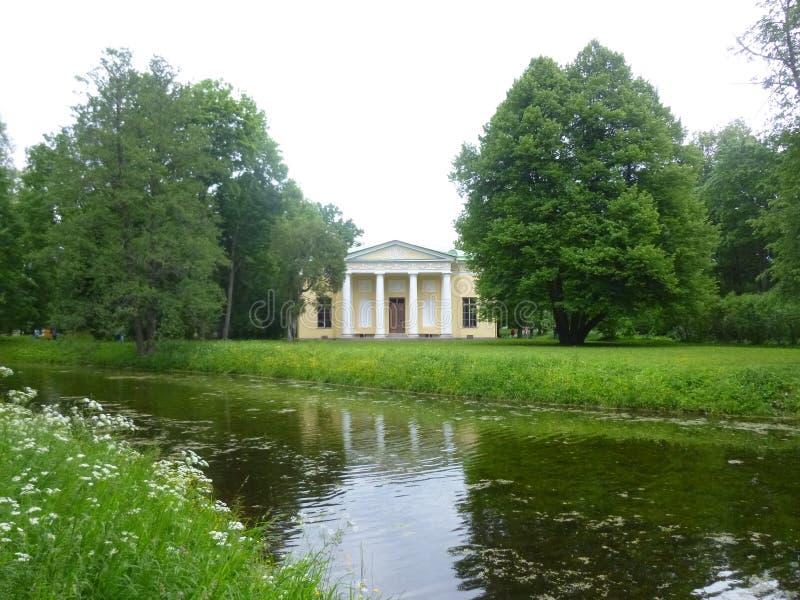 Eine Villa in einem Park lizenzfreies stockbild