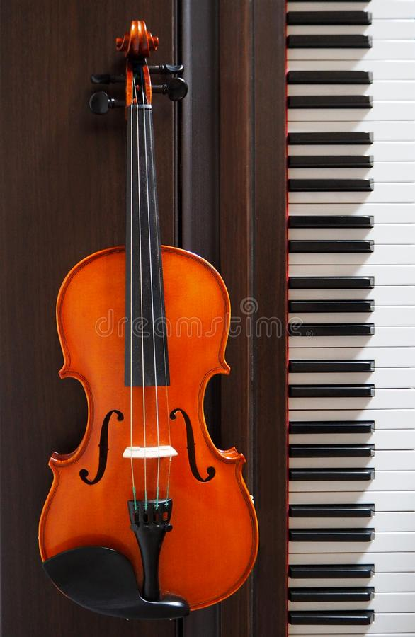 Eine Violine nahe bei der Klaviertastatur stockfotos