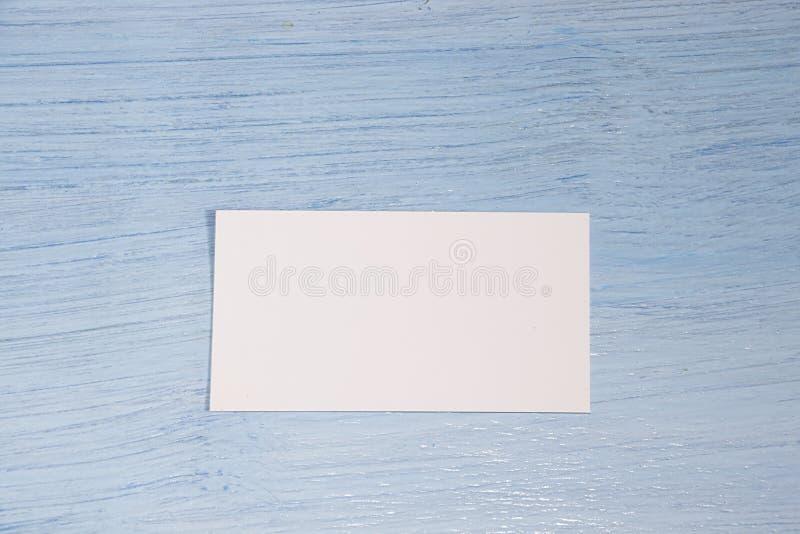 Eine Visitenkarte liegt in der Mitte auf einem blauen Hintergrund lizenzfreies stockbild