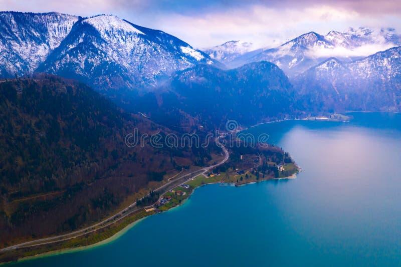Eine Vogelperspektive des Hügelsees in den Alpen, Österreich lizenzfreies stockbild