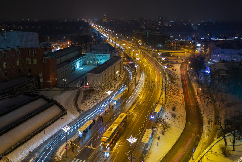 Eine Vogelperspektive des Weges der Stadt Nacht stockbild