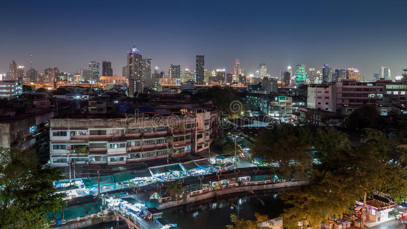 Eine Vogelperspektive von Bangkok-Stadt und von altem Markt entlang Kanal stockfotografie