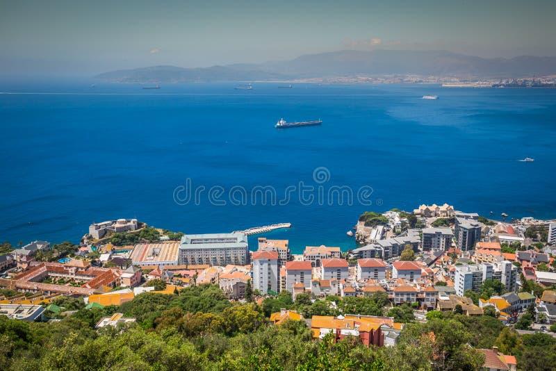 Eine Vogelperspektive von Gibraltar, von seinem Jachthafen und von Mittelmeerse stockbild