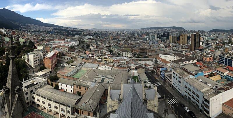 Eine Vogelperspektive von Quito stockbilder