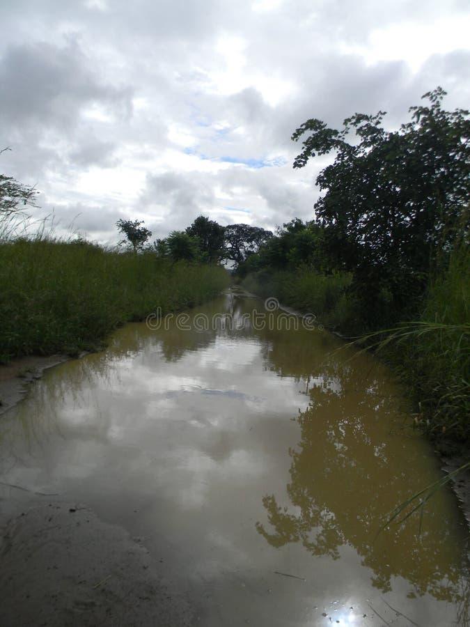 Eine voll Wasser Straße/eine Spur stockfotos