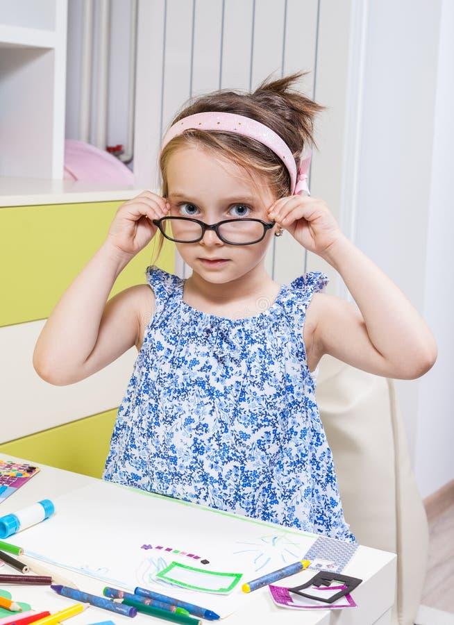 Eine Vorschulmädchen erfolgte Hausarbeit empfangen vom Kindergarten stockfoto