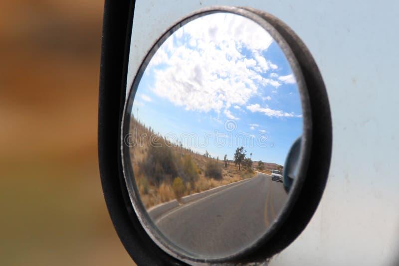 Eine Wüstenreflexion auf der Straße lizenzfreie stockbilder