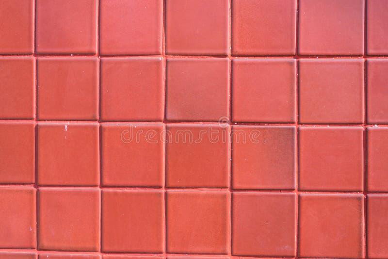 Eine Wand des roten Fliesenalterns bis zum Zeit und durch wheather verblaßt Eine feine Arbeit und ein Hintergrund für Haus entwer lizenzfreie stockbilder
