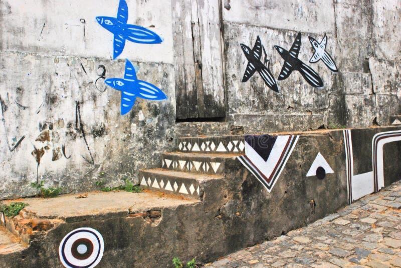 Eine Wand voll von illegalen Graffiti. lizenzfreie stockfotografie