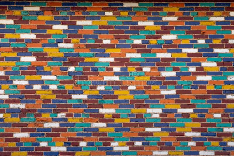 Eine Wand von mehrfarbigen Ziegelsteinen stockfotografie