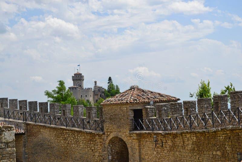 eine Wand vor einem Schloss stockfoto