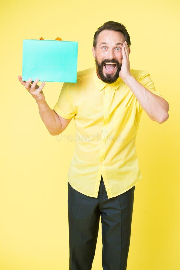 Eine was für Überraschung Überraschtes Gesicht des Mannes reifer bärtiger Kerl hält Geschenkbox Mann erhielt unexpectable Geschen lizenzfreie stockfotografie