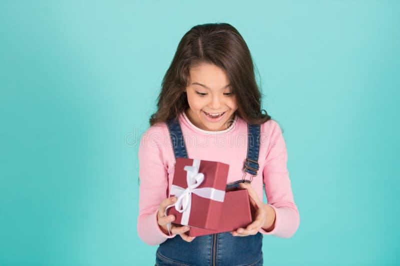 Eine was für Überraschung Kind überraschter aufgeregter Griffgeschenkbox-Türkishintergrund Kindermädchen überraschtes Geschenk Mä lizenzfreies stockfoto